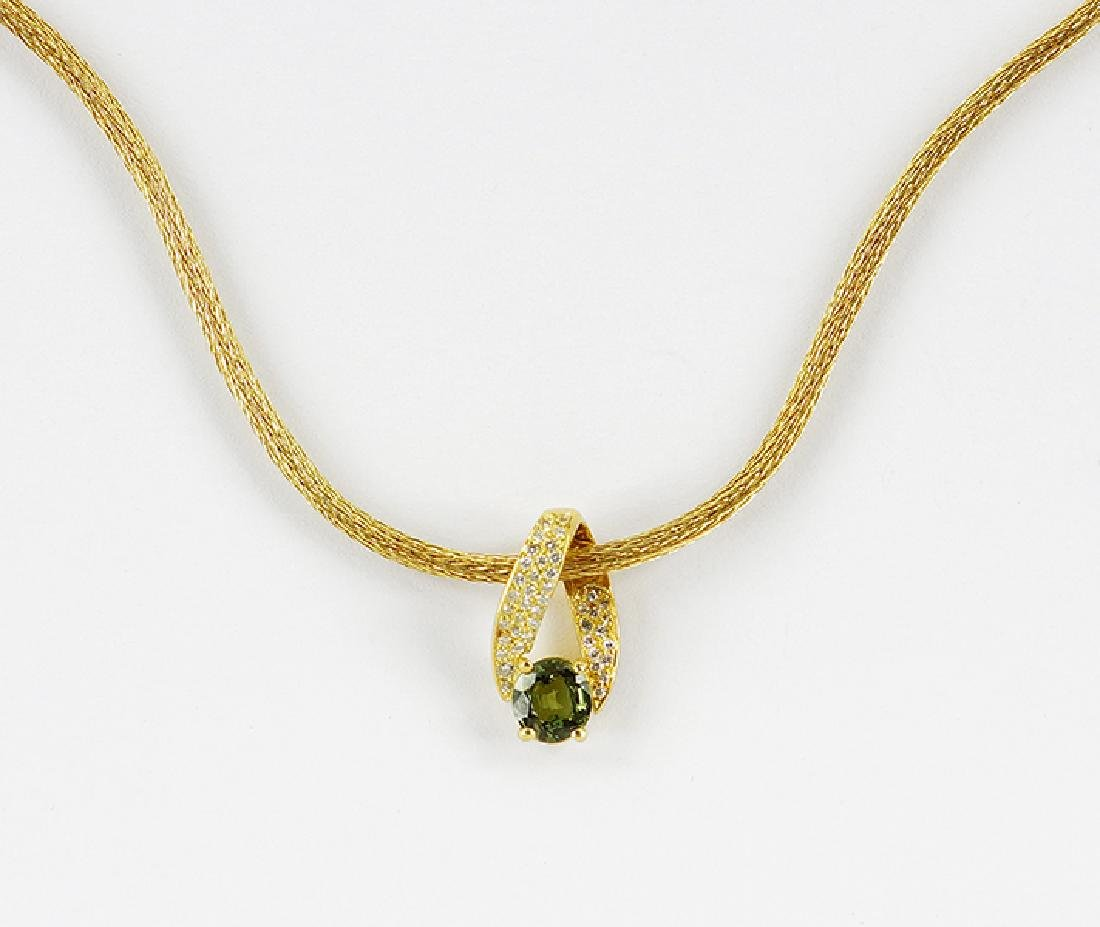 A Green Sapphire Pendant Necklace.