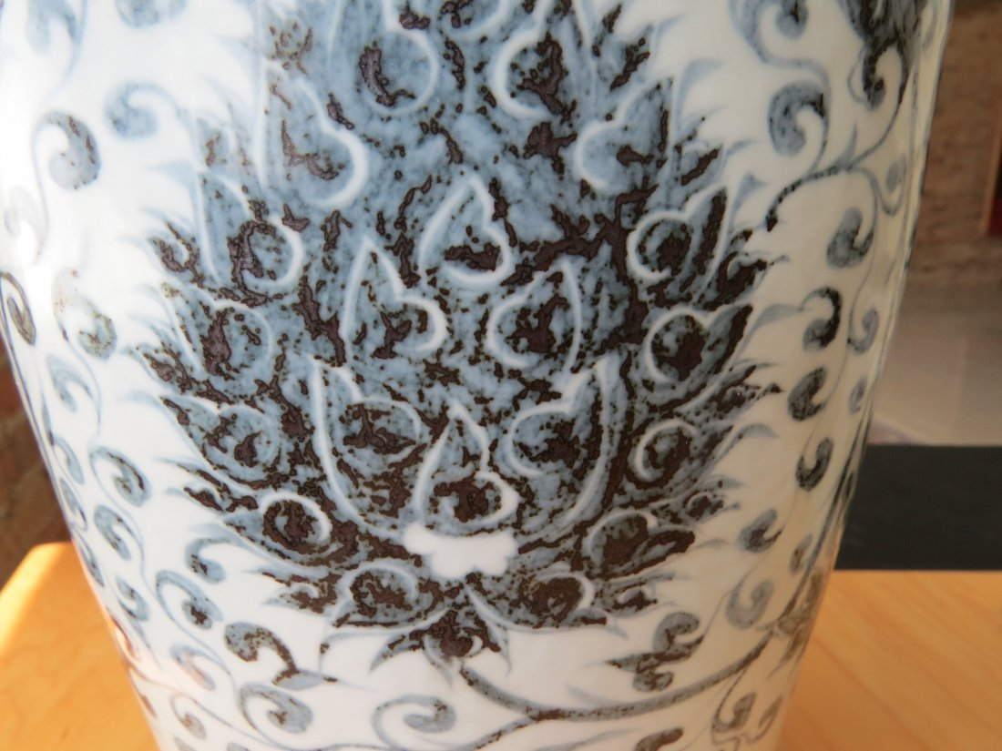 A Chinese Grisaille Decorated Porcelain Vessel. - 4