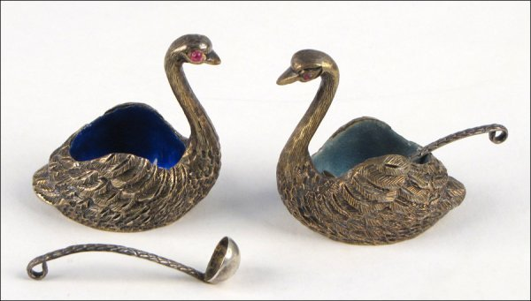 774032: TWO TANE STERLING SILVER SWAN FORM SALT DISHES.