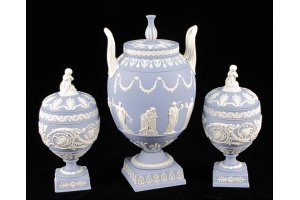 822173: WEDGWOOD JASPERWARE COVERED URN ON STAND.