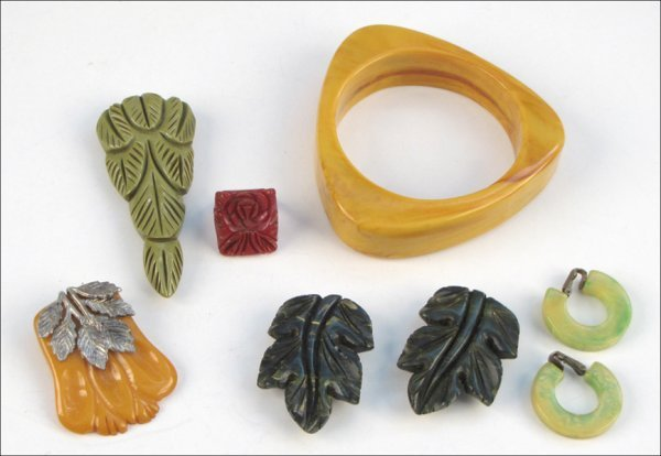 837011: GROUP OF BAKELITE JEWELRY AND ACCESSORIES.