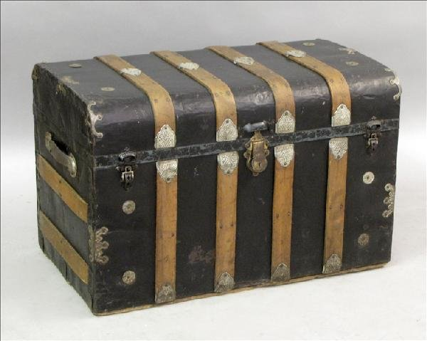 851004: VICTORIAN STEAMER TRUNK.