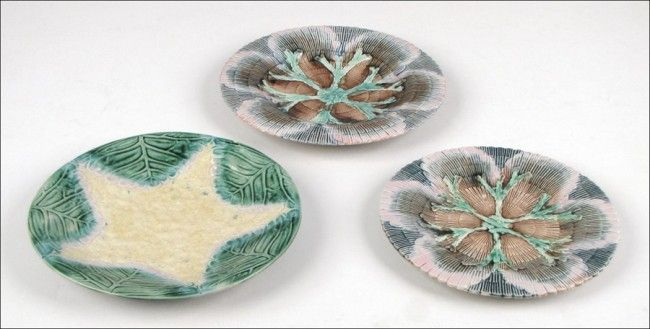 912141: TWO ETRUSCAN MAJOLICA SHELL AND SEAWEED PLATES.