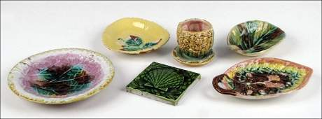 912194: GROUP OF MAJOLICA TABLE ARTICLES.