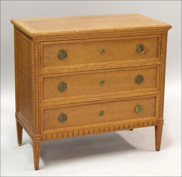 931013: FRENCH PINE CHEST OF DRAWERS.