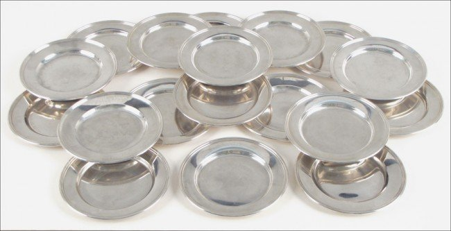 954009: SET OF EIGHTEEN STERLING SILVER BREAD PLATES.