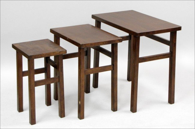 961014: SET OF THREE MISSION STYLE OAK NESTING TABLES.