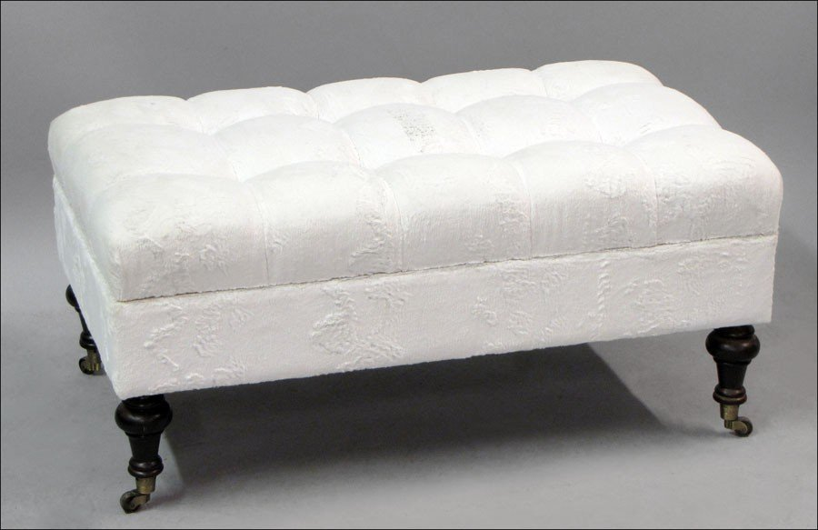 971018: CONTEMPORARY UPHOLSTERED OTTOMAN.