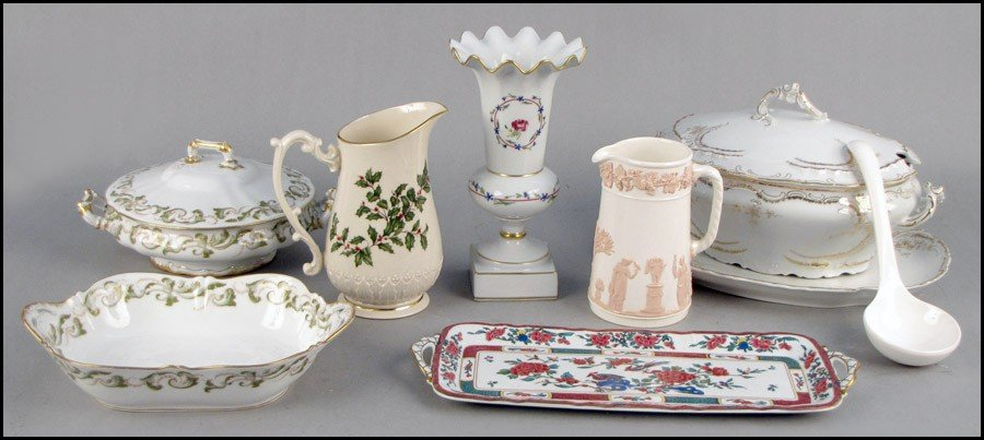 982097: COLLECTION OF PORCELAIN TABLE ARTICLES.