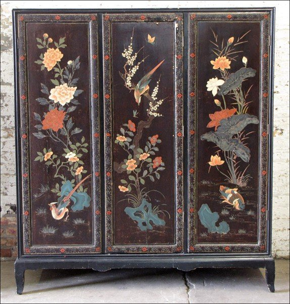 1011015: ASIAN LACQUER AND POLYCHROME-PAINTED THREE-DOO