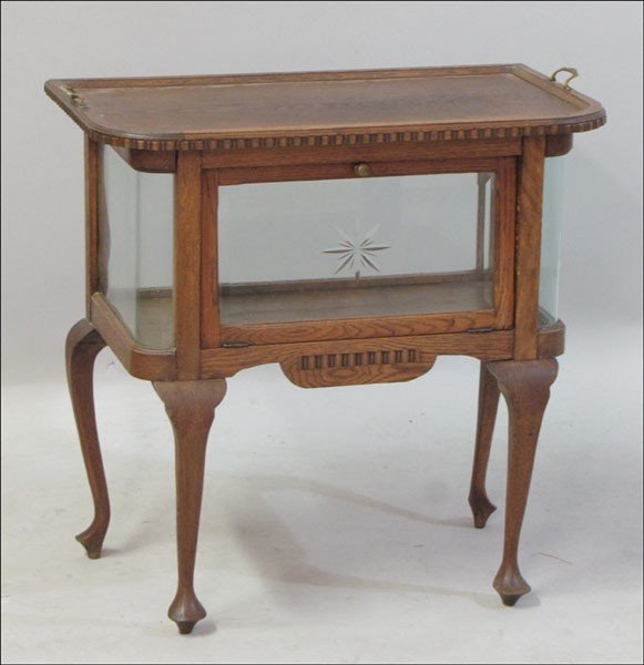 1011021: AMERICAN OAK AND ETCHED GLASS VITRINE TABLE.