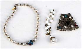 1017071: MIRIAM HASKELL GLASS AND FAUX PEARL BROOCH.