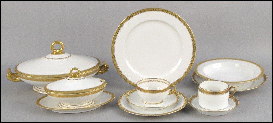 1052018: GINORI GILT PORCELAIN DINNER SERVICE.