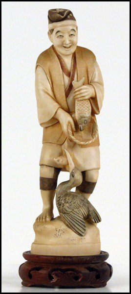 1073012: JAPANESE CARVED IVORY FIGURE OF A FISHERMAN.