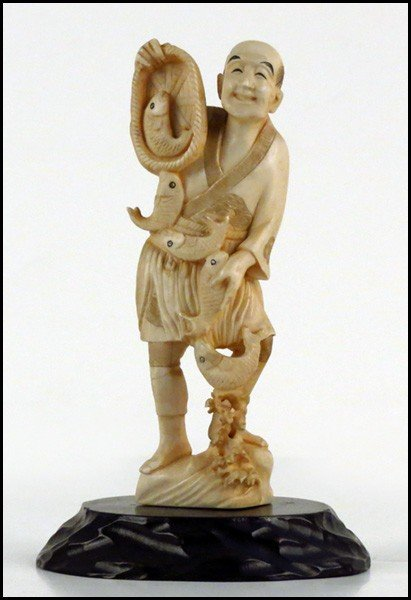 1073013: JAPANESE CARVED IVORY FIGURE OF A FISHERMAN.