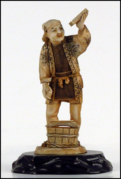 1073015: JAPANESE CARVED IVORY FIGURE OF A BLACKSMITH.