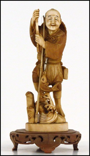 1073016: JAPANESE CARVED IVORY FIGURE OF A FISHERMAN.