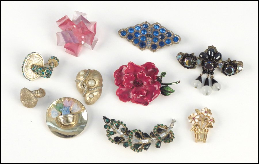 487023: COLLECTION OF BROOCHES.