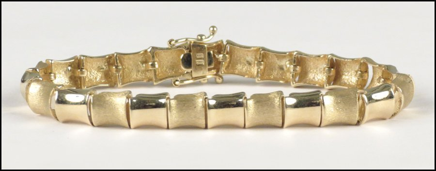 1117075: 14 KARAT YELLOW GOLD BRACELET.