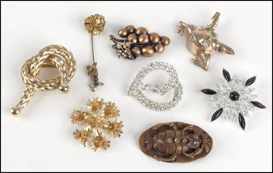 497064: COLLECTION OF BROOCHES.