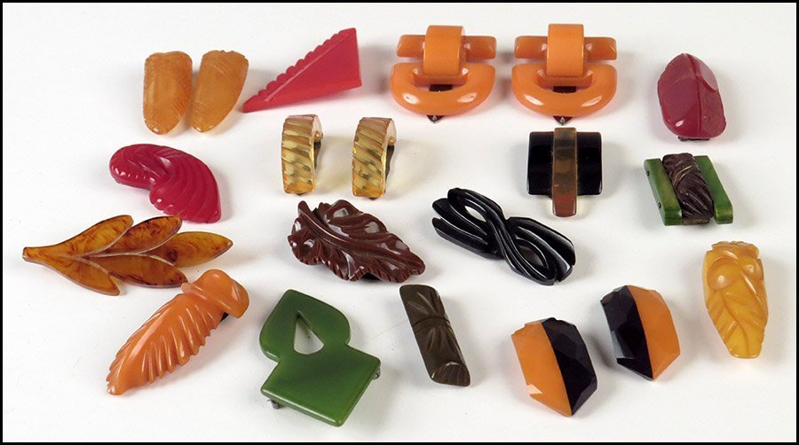 GROUP OF BAKELITE BROOCHES AND DRESS CLIPS.