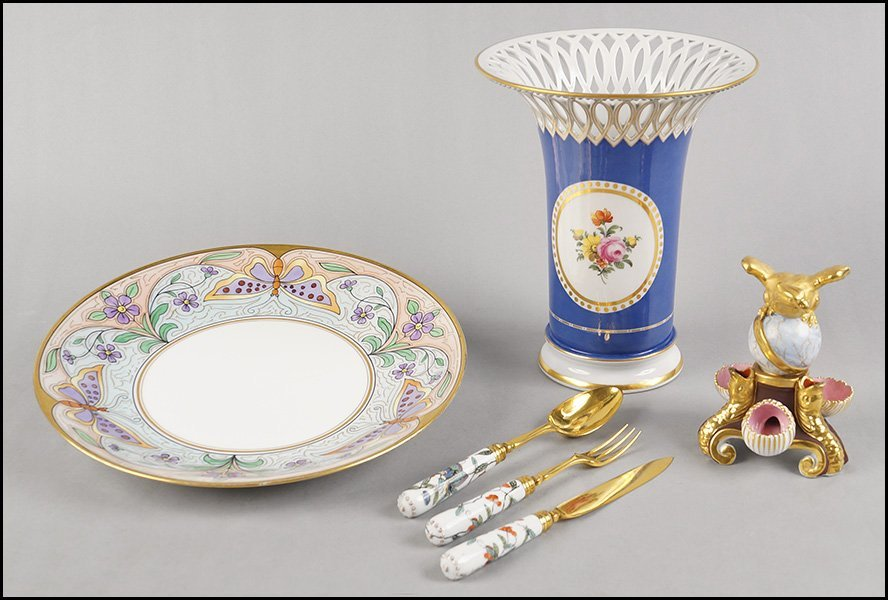 COLLECTION OF PORCELAIN TABLE ARTICLES.