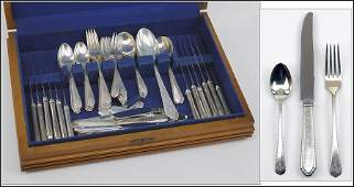 A LUNT STERLING SILVER FLATWARE SERVICE IN THE WILLIAM