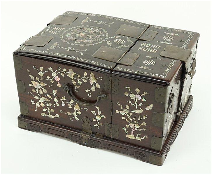 A Chinese Makeup Box. - 2