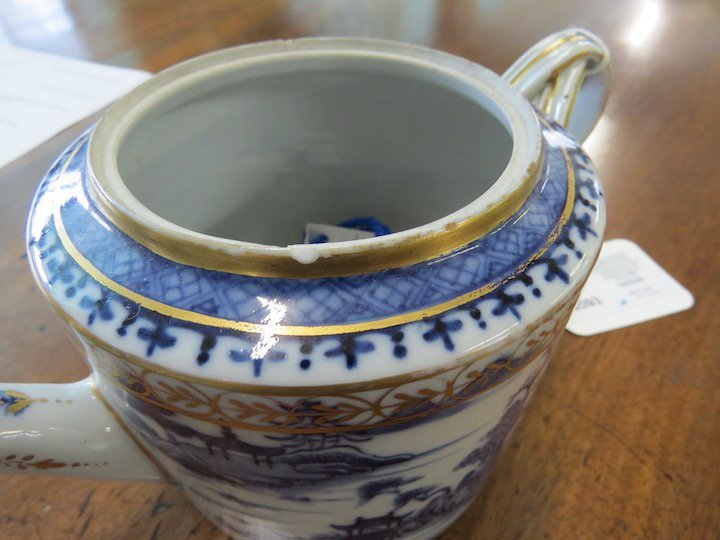 An 18th Century Chinese Export Porcelain Teapot. - 3
