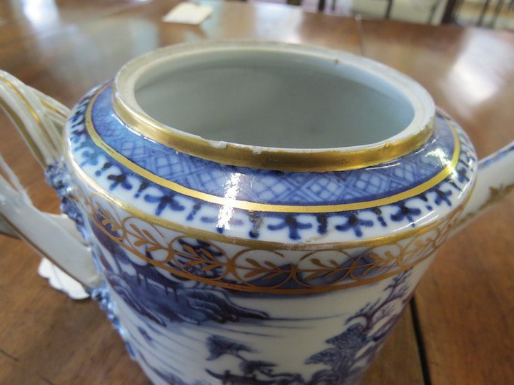 An 18th Century Chinese Export Porcelain Teapot. - 4
