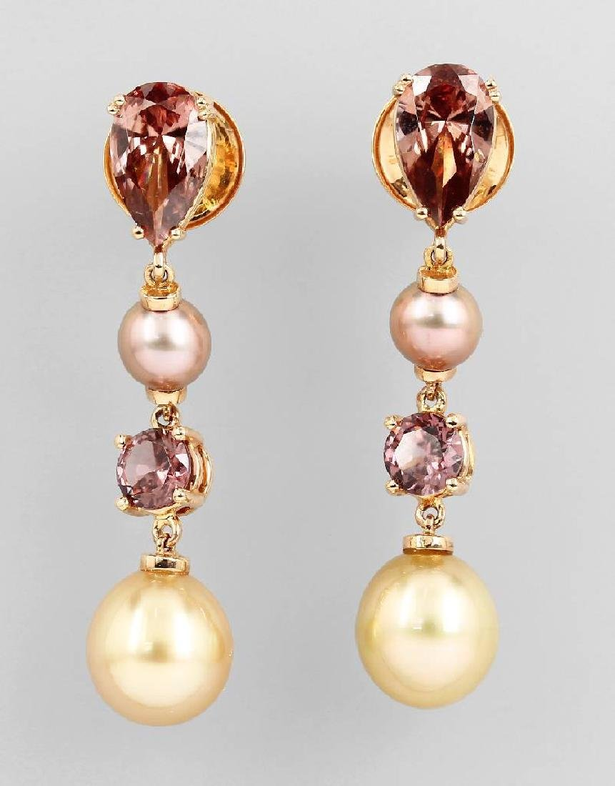 Pair of 18 kt gold earrings with cultured pearls and