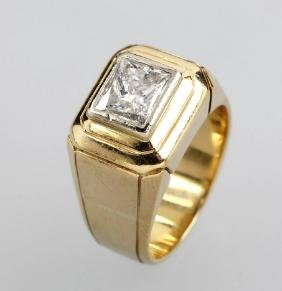 18 Kt Gold Gents Ring With Diamond