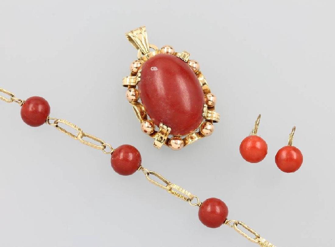 14 kt gold lot with coral, Italy approx. 1950s