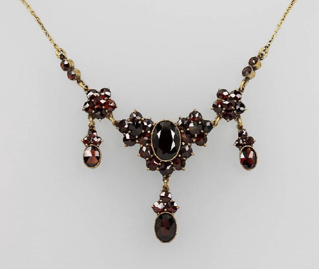 Necklace with garnets, approx. 1900s