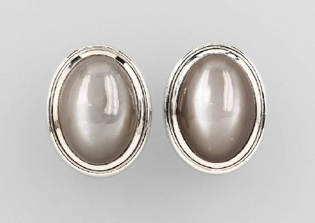 Pair of 18 kt gold earclips with moonstones