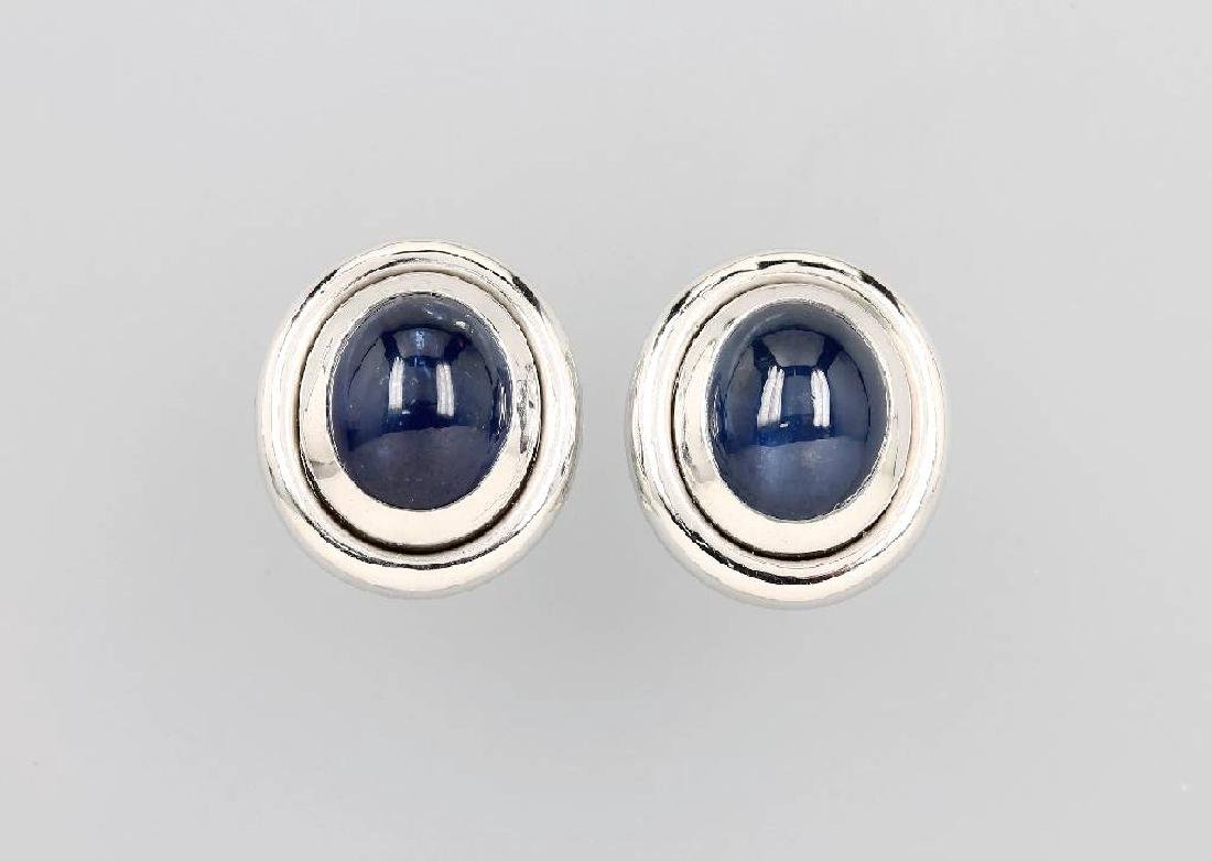 Pair of 18 kt gold earclips with sapphires