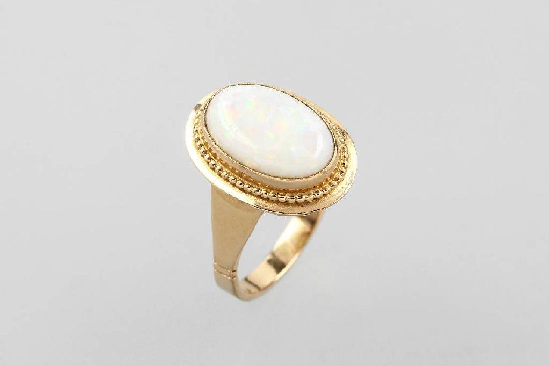 18 kt gold ring with opal