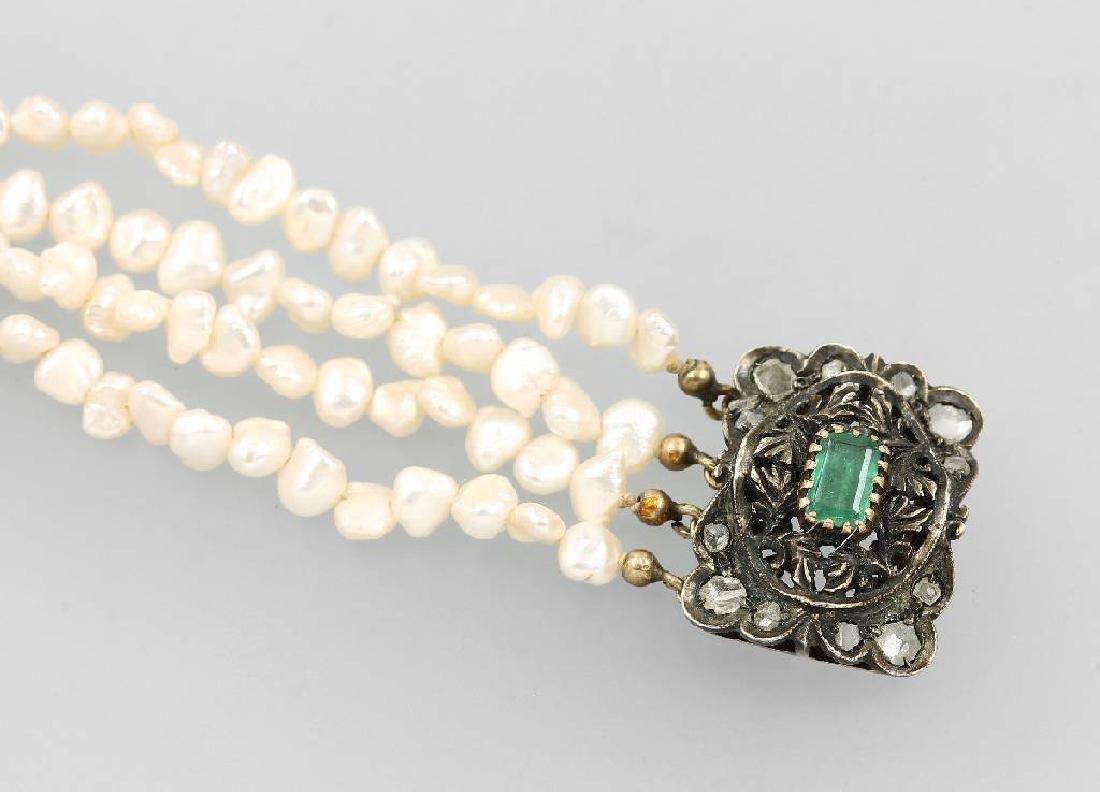 4-row pearlbracelet with emerald and diamonds