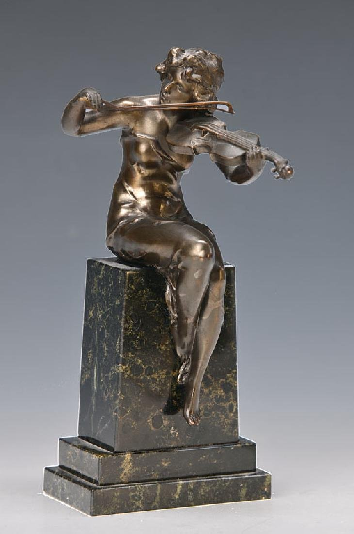 Sculpture of a violinist