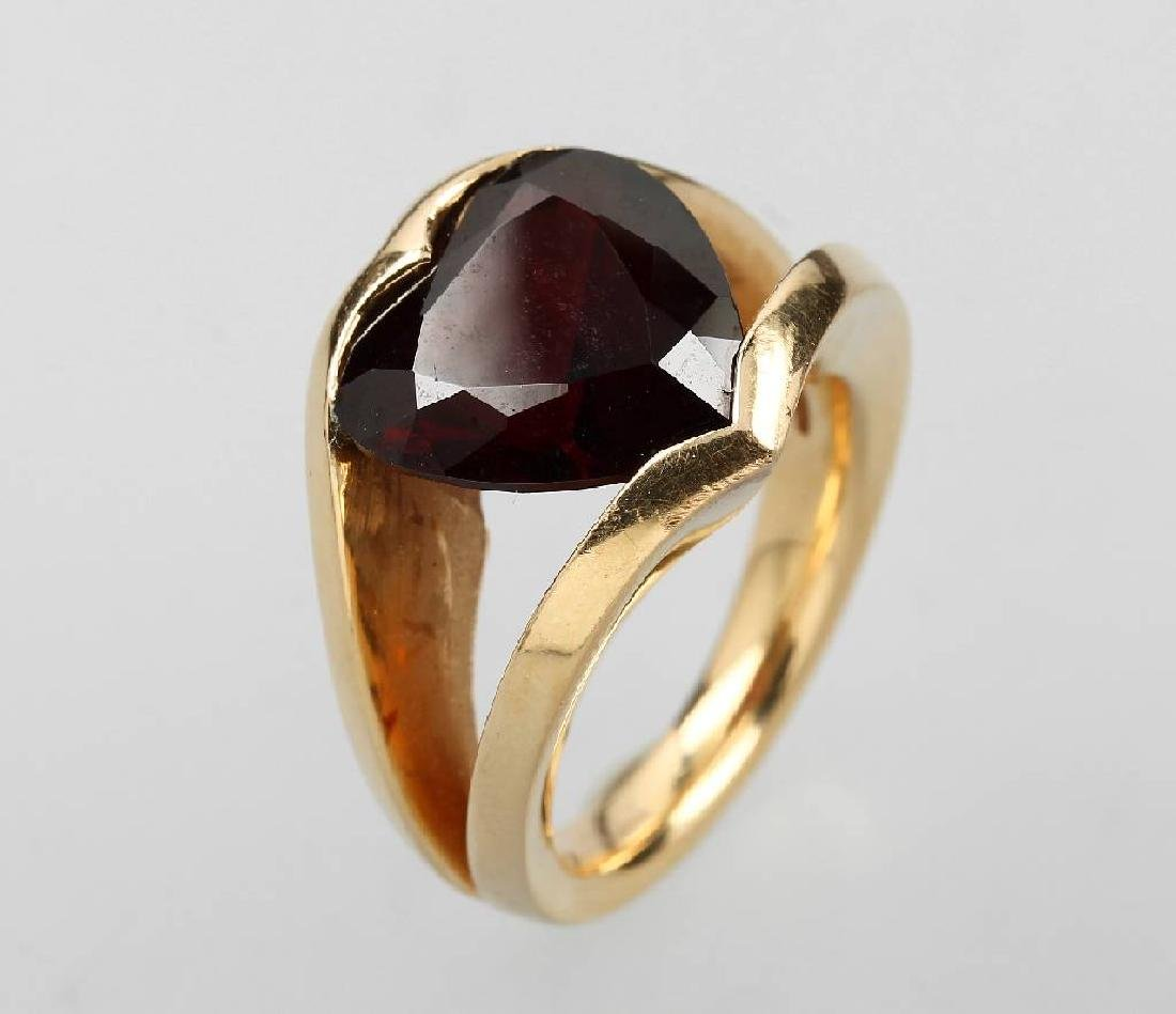 18 kt gold WEMPE ring by Kim with garnet