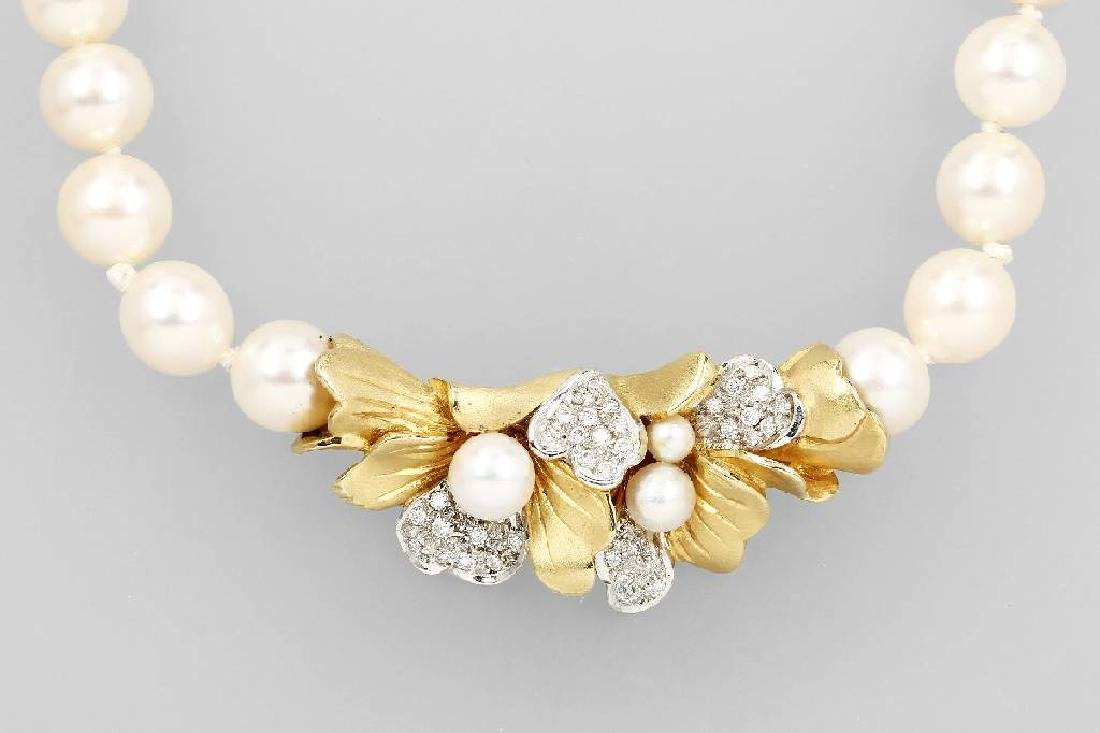 18 kt gold necklace with cultured pearls and brilliants