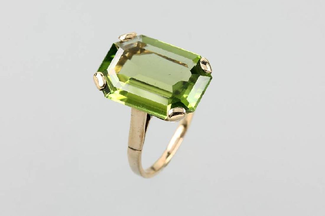 8 kt gold ring with peridot