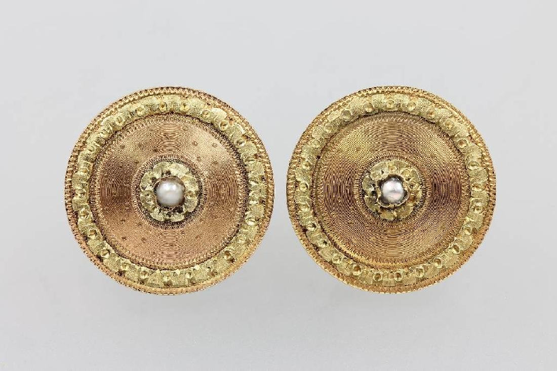 14 kt gold pair of earrings with pearl