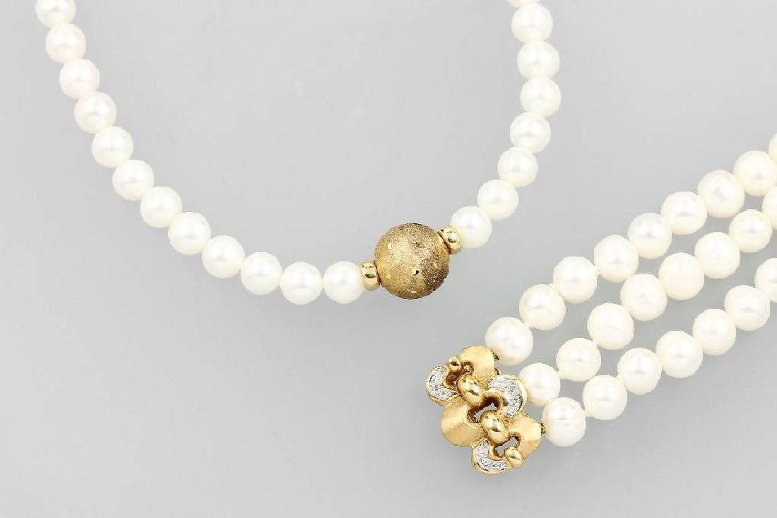 Lot with cultured pearls, comprised of: necklace