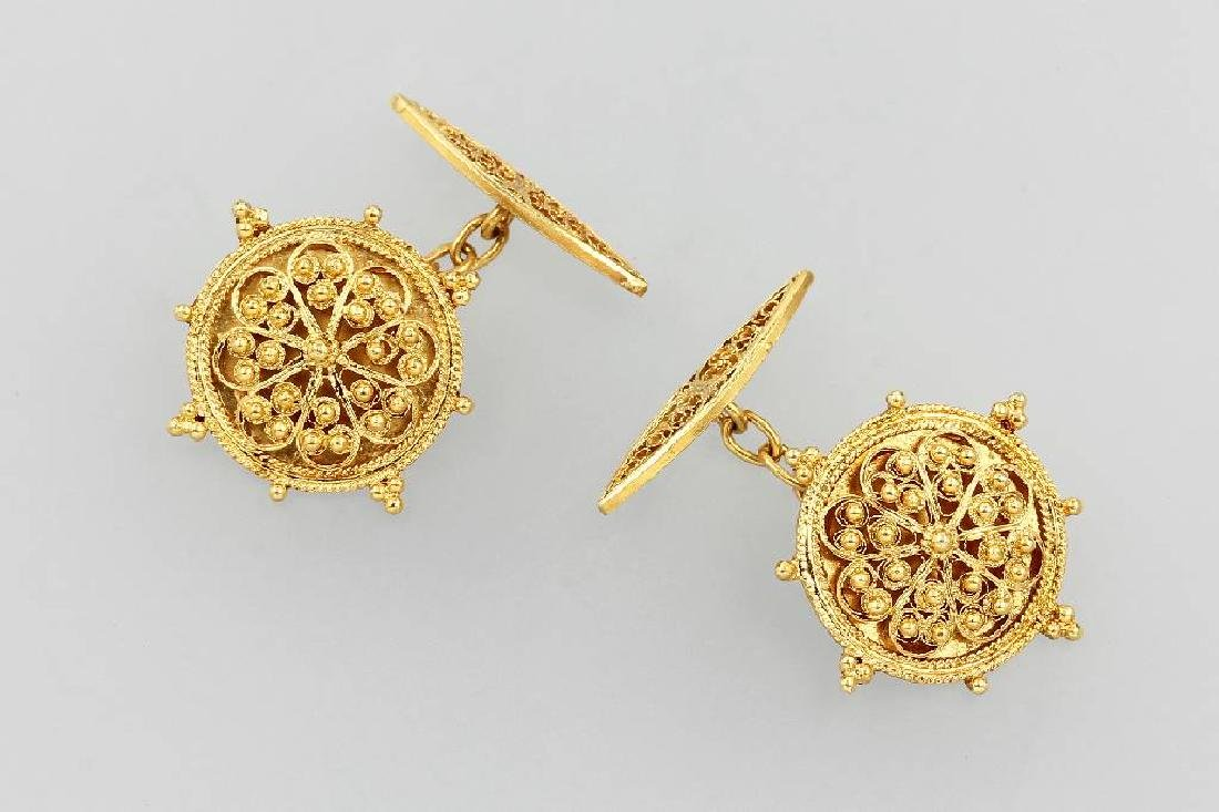 Pair of 18 kt gold cuff links with granulates