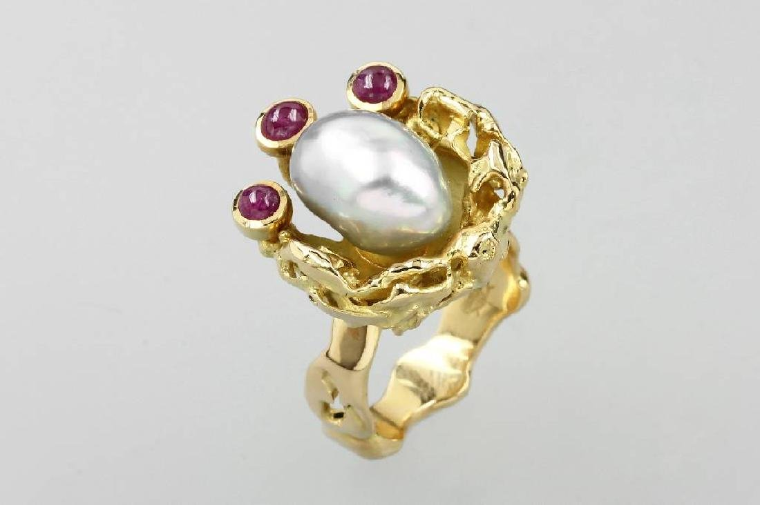 18 kt gold designerring with cultured pearl and rubies