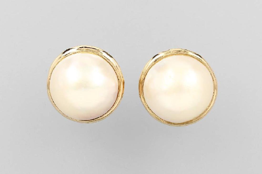Pair of 14 kt gold earrings with mabepearls