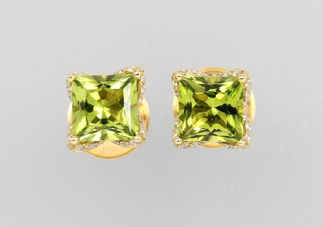 Pair of 18 kt gold earrings with peridots and