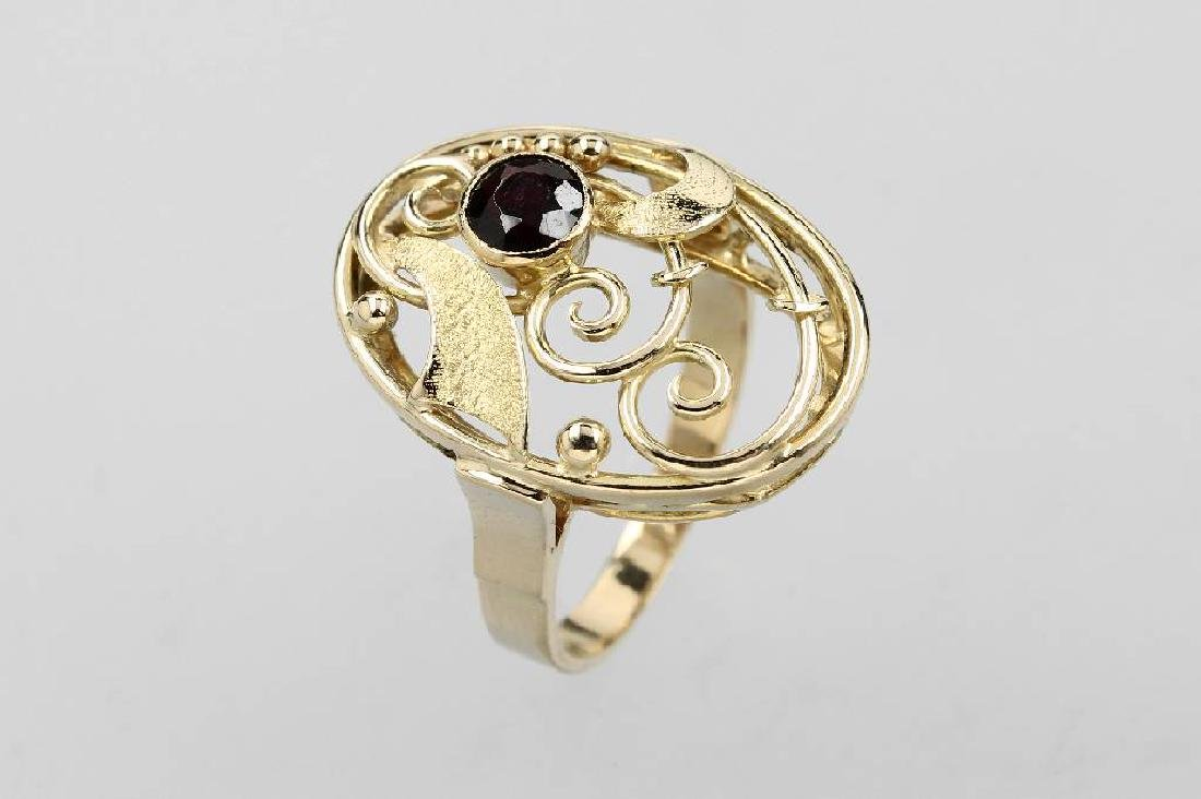 14 kt gold ring with garnet
