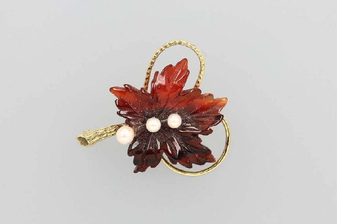 14 kt gold brooch with carnelian and pearls